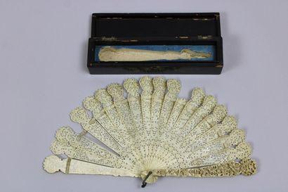 Eventail brisé *, XIXème siècle, en ivoire...