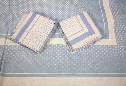 Lot: une nappe en damassé bleu et blanc...