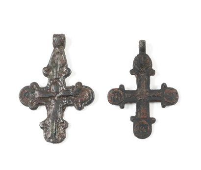Deux croix. Tchernigov, XII-XIIIe s.  Bronze....