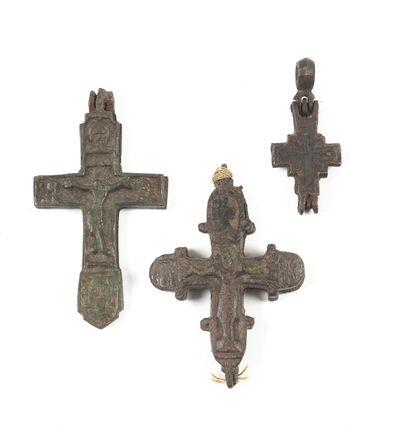 Trois croix encolpions. XVe-XVIe s.  Bronze....