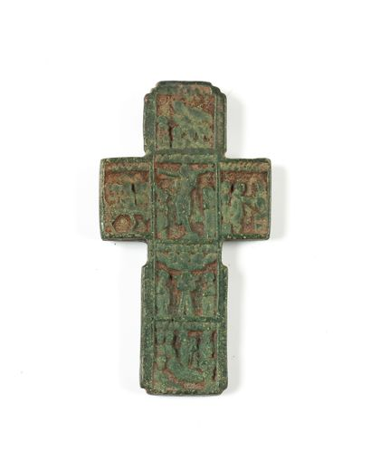 Croix à tableautins. XVIe s.  Bronze. 5,5...