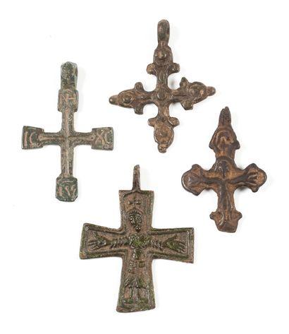 Quatre croix. XIVe - XVe s.  Bronze. 4 à...