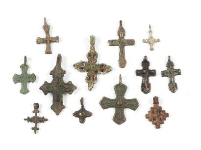 Ensemble de douze croix, dont trois en argent,...