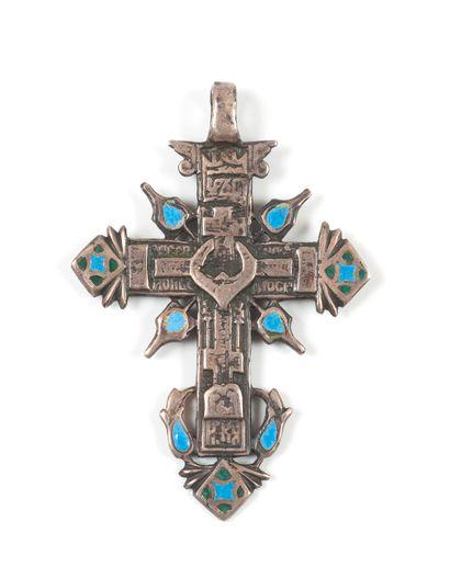 Croix en argent ciselé et émaux bleu-ciel,...