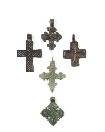 Cinq croix. XIIIe - XVIe s.  Bronze. 3 à...