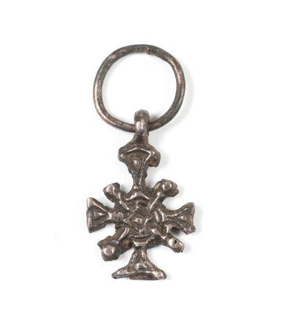 Croix à quatre rayons ; bélière, anneau....