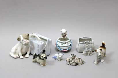 Lot de 7 sujets en porcelaine, chiens et...