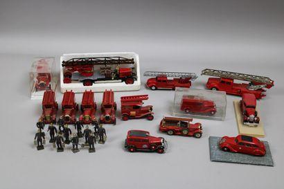 Lot de 14 véhicules de pompiers et 1 ambulance...