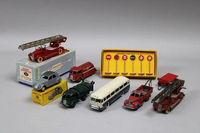 Lot de 8 véhicules (DINKY TOYS) dont 1 2cv...