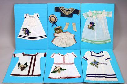 Lot de 11 chemises de présentation pour poupées,...