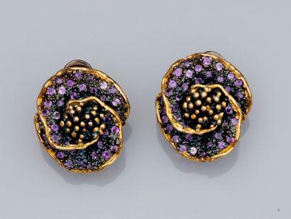 Paire de boucles d'oreilles fleurs en argent...