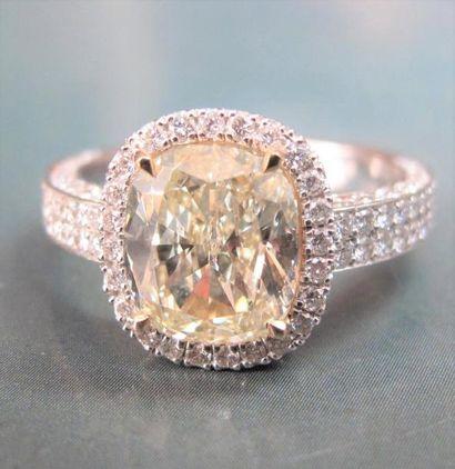Bague en or gris 750°/00 (hibou) sertie d 'un diamant jaune coussin de 2.75 carats...