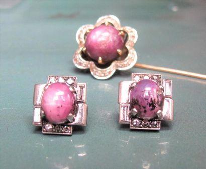 Deux boutons en platine (tête de chien), sertis de diamants baguettes et ronds et...
