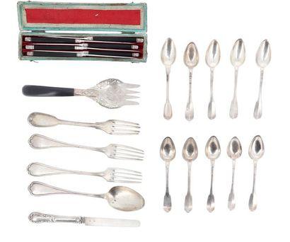 Lot en argent composé de six petites cuillers et cinq couteaux à fruits manches...