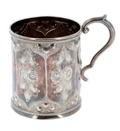 Tasse en argent sur bâte perlée, le corps à encadrements ornés de fleurs en repoussé,...