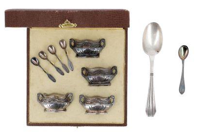 Série de quatre salières ovales et leurs cuillers en argent, les corps à piédouches,...