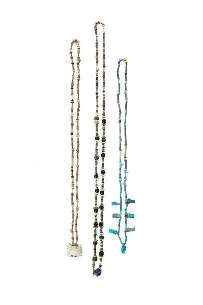 Lot de trois colliers formés de perles annulaires et tubulaires ainsi que des petites...