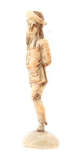 DIEPPE Marin Sujet en ivoire sculpté H : 9 cm Poids brut : 20,7 gr. Accidents et...