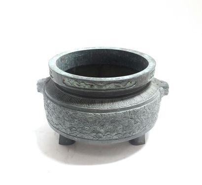 CHINE Pot tripode en bronze à patine verte...
