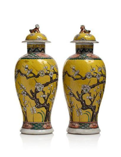 CHINE Paire de potiches couvertes à décor de branchages fleuris sur fond jaune;...