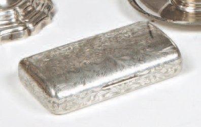 Boîte rectangulaire bombée en argent gravé...