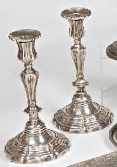 Deux flambeaux formant paire en métal argenté,...