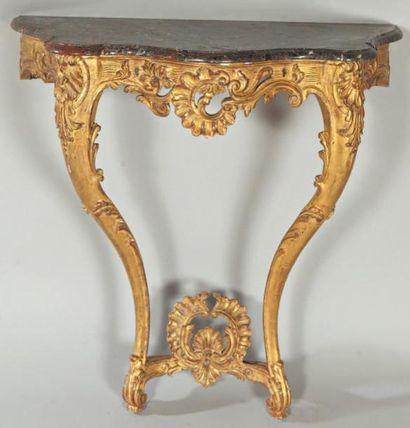 Console en bois sculpté et doré, les montants...