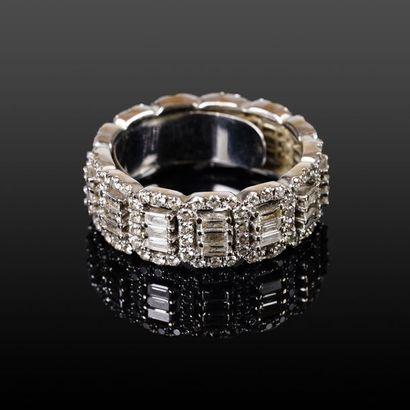 Anneau en or blanc (750 millièmes) serti sur tout le tour de diamants taillés en...