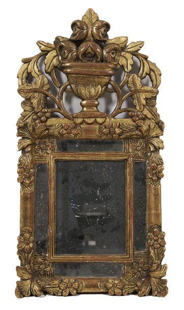 Petit miroir à parecloses en bois sculpté...