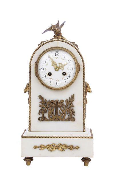 Pendule borne en marbre blanc et bronze doré...