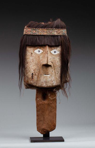 Masque commémoratif présentant un visage...