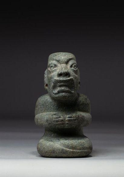Statuette présentant un chamane assis tenant...