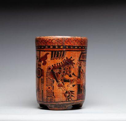 Vase tripode présentant un prêtre assis sur...