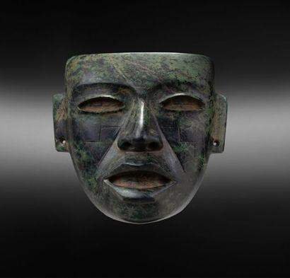 Masque cultuel présentant un visage à la...