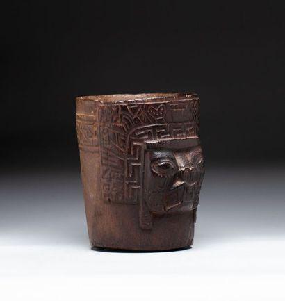 Kero cérémoniel, présentant la tête du dieu...