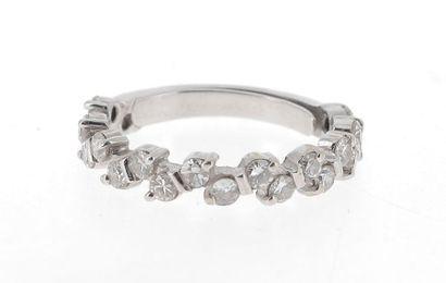 Demi alliance américaine en or blanc (750 millièmes) sertie de 20 diamants ronds...