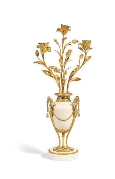 Candélabre composé d'un vase balustre en...
