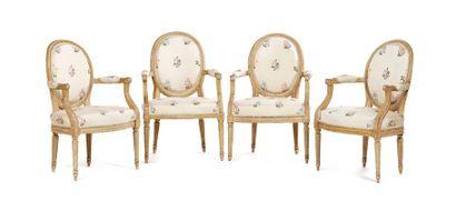 Ensemble de quatre fauteuils à dossier médaillon...