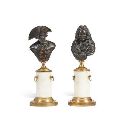 Deux petites statuettes en bronze à patine...