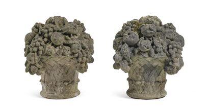Paire de paniers fleuris en pierre reconstituée....