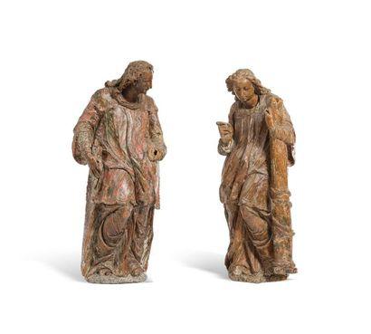 Deux anges formant pendant en noyer sculpté...