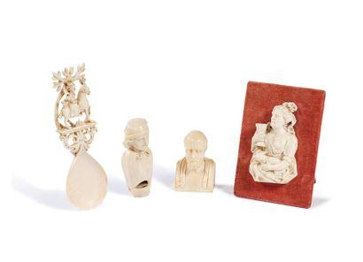 Ensemble de quatre objets en ivoire sculpté...