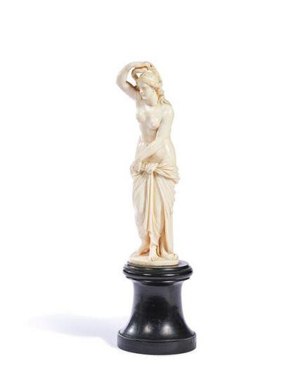 Venus Statuette en ivoire sculpté figurant...