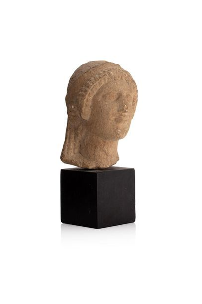 Tête de Koré, de type archaïsant, la chevelure...
