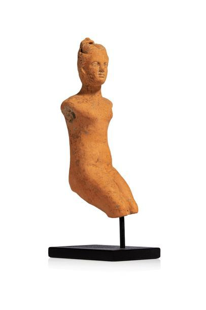 Figurine féminine représentée assise, sans...