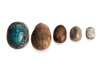 Lot of five beetles, two of which are naturalist beetles. Steatites and earthenware,...