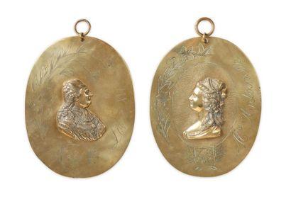 Louis XVI et Marie-Antoinette. Paire de grands médaillons à suspendre en laiton...