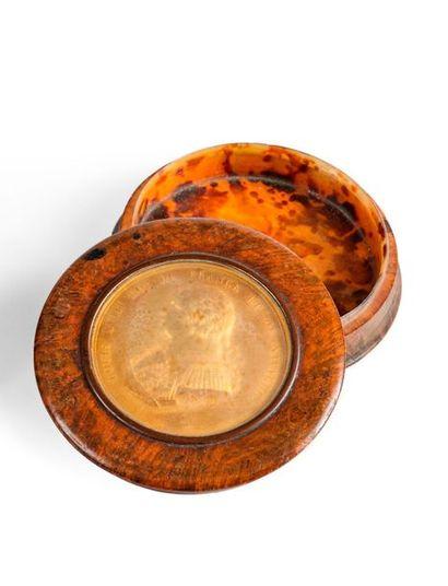 Boîte ronde en loupe, le couvercle contenant...