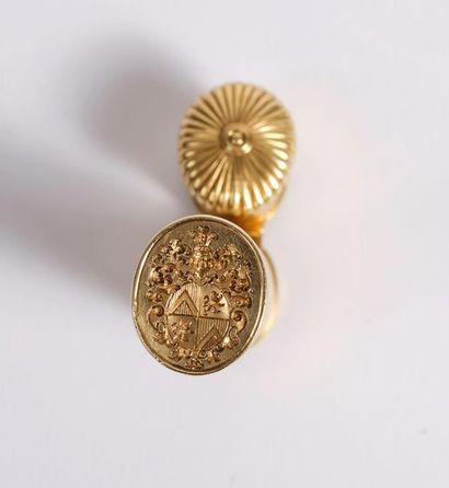 Étui à cire à section ovale s'ouvrant à charnière par un bouton poussoir, en or...