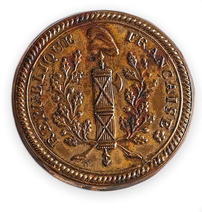 Bouton révolutionnaire de costume en cuivre doré orné d'un faisceau de licteur sommé...